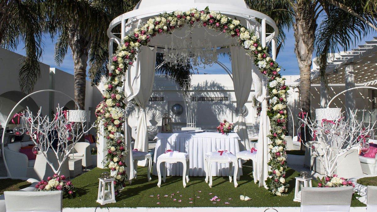 Il gazebo, al centro della scena, arricchito di addobbi floreali, diventa l'altare laico o religioso ove pronunciare il «sì»