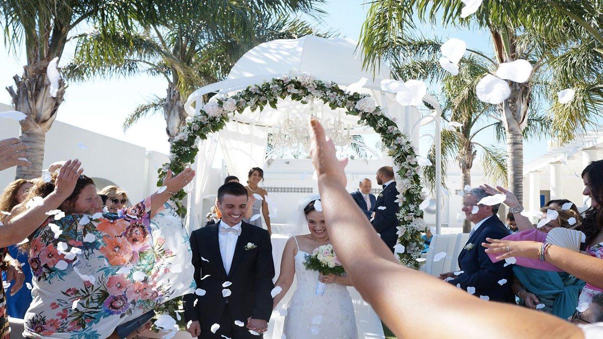 Riso, petali, coriandoli e applausi: il «sì» è pronunciato, dopo il rito si apre la festa...