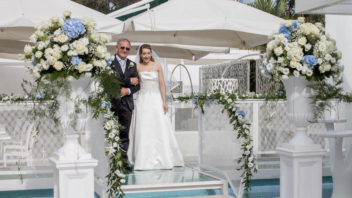L'arrivo della sposa, accompagnata sottobraccio dal papà...